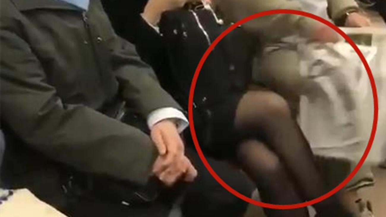 女子地铁车厢里翘二郎腿 遭大爷用报纸连连抽打
