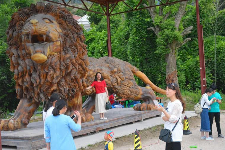 """曾叫价千万的巨型根雕""""东方醒狮"""",至今还未找到买家,只能拍照用"""