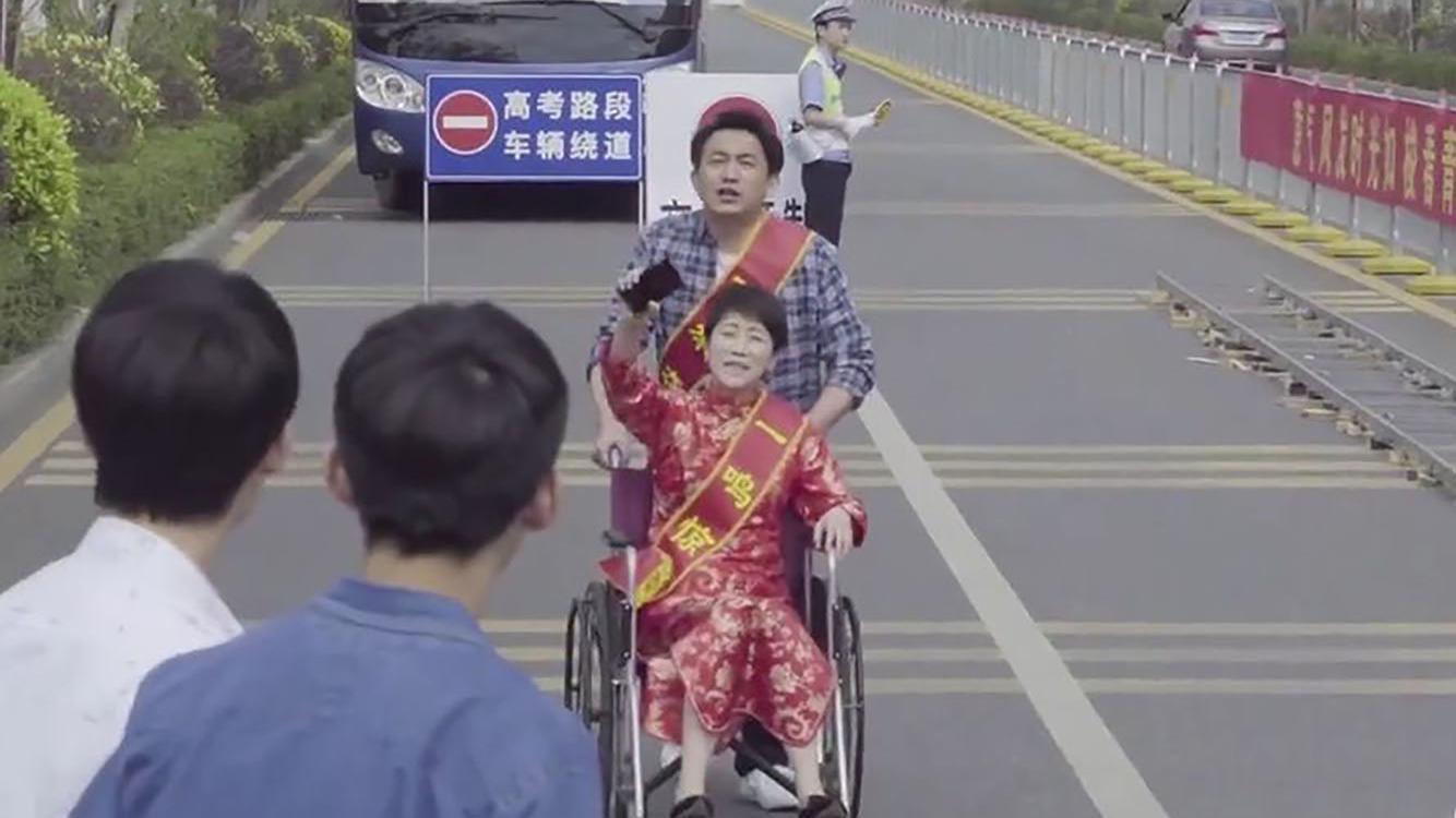 童文洁身体出现问题,高考当天坐轮椅送考,操碎了一颗老母心啊