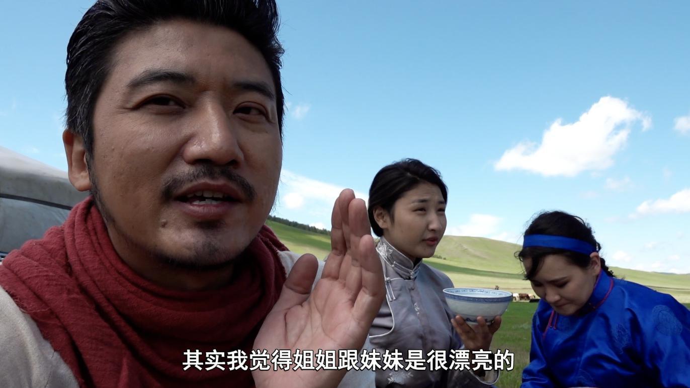 蒙古医生带我回家作客,烤全羊招待我,和他的两个女儿一见如故