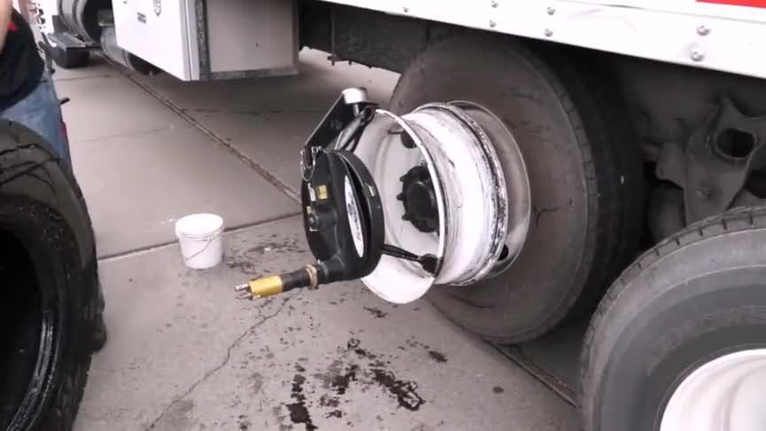小伙手把手教你快速更换轮胎大多数人的换胎方法都不对