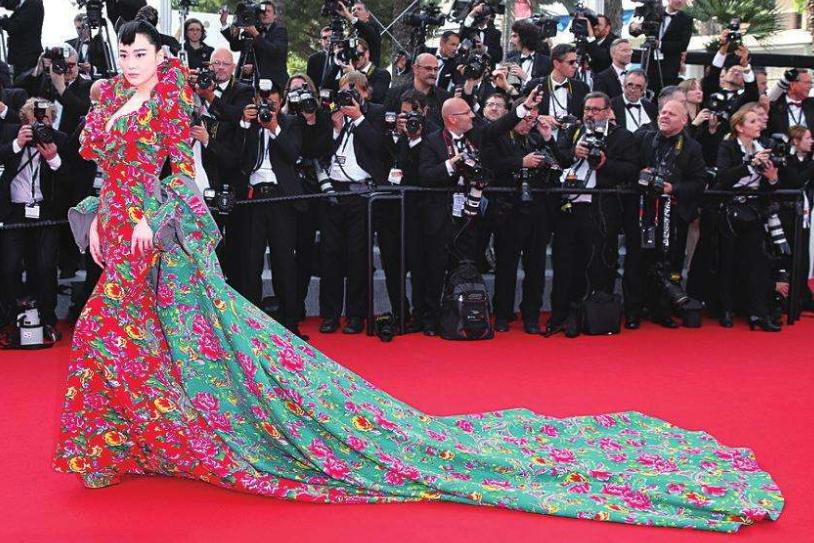 """明星奇葩礼服:张馨予摔倒我都不去扶,我只服蕾哈娜的""""荷包蛋"""""""