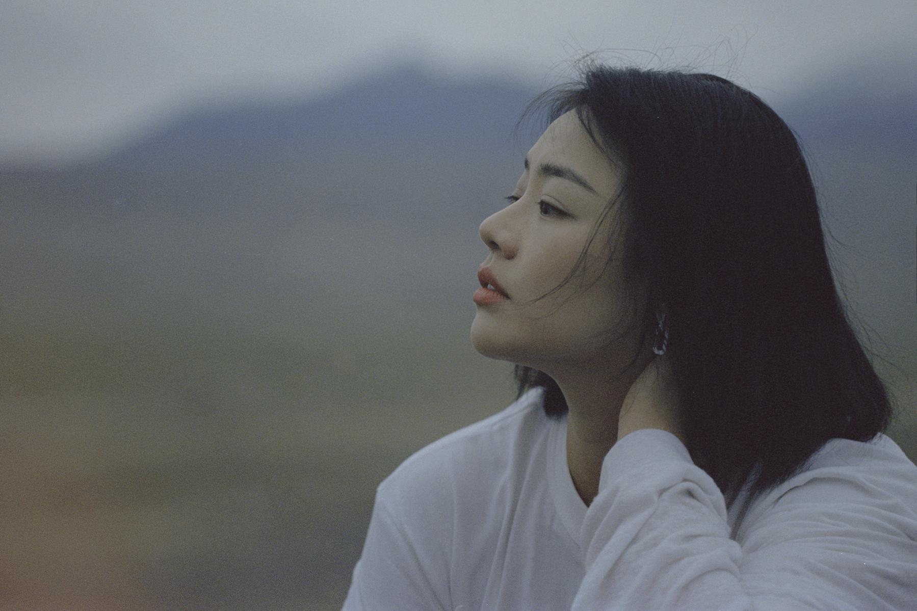 马思纯北疆旅行大片空灵自在 积极生活观展现真实自己