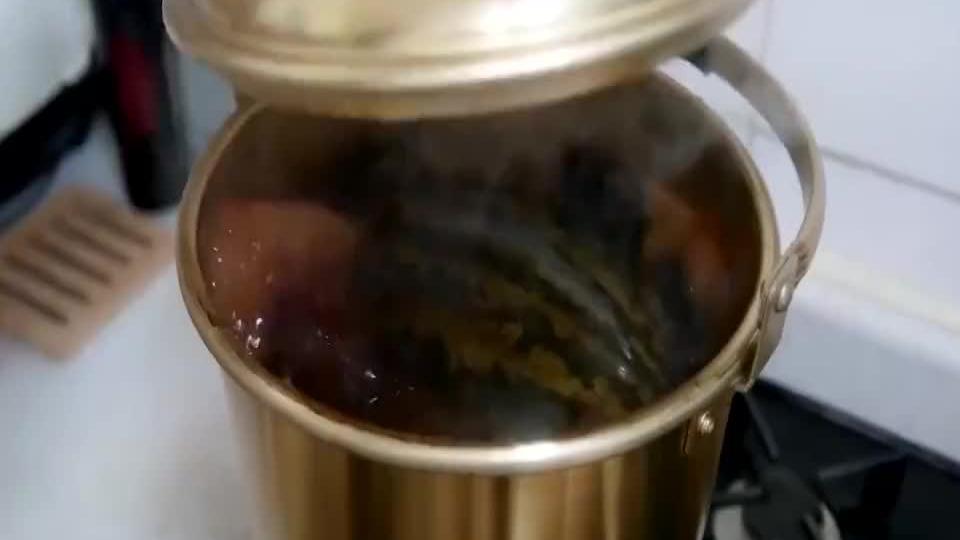 老外脑洞大开把西瓜丢进锅里煮解锁新吃法网友看了跃跃欲试