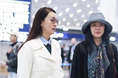 陶虹支持女儿追星王俊凯,与咏梅机场同框一黑一白赶赴金鸡奖