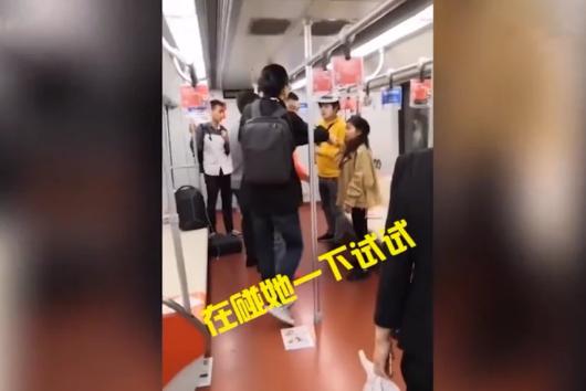 黄衣男子地铁辱骂骚扰女孩,被女孩男友一脚踹飞:你再动她下试试