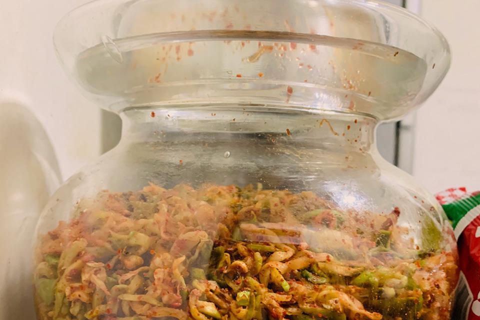 榨菜的原料是青菜头,重庆涪陵乡下遍地都是,回锅肉里也必须有它