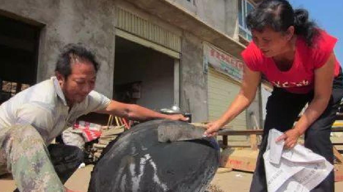 """农村锅底灰和烟囱灰是难得的""""宝物"""",以后别再当垃圾扔了!"""