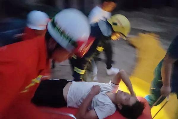 男子爬上电线杆安装电网被困,家属:就算有电,消防员也要先救人