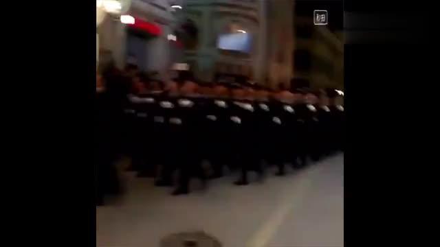 外国阅兵解放军仪仗队压轴出场全场鼓掌欢呼太热情了