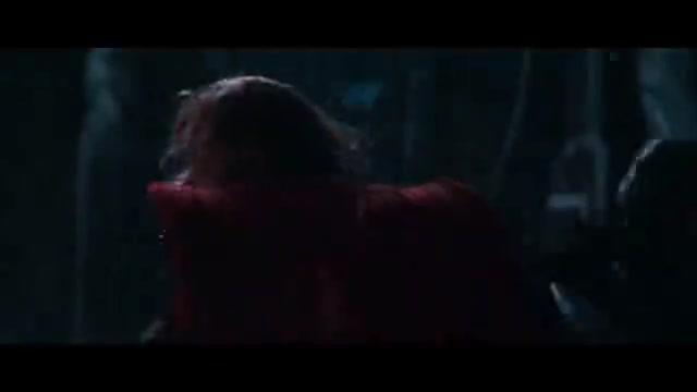 冰霜巨人握着洛基的手,洛基手臂盔甲都被冻碎了,可身体却没事