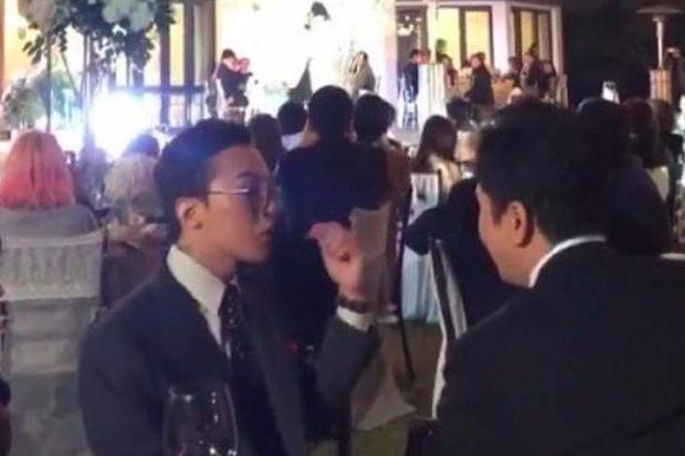 权志龙参加姐姐权多美婚礼,随着音乐摇头晃脑,站在身后拍照记录