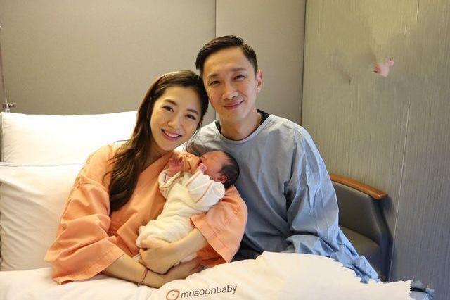 杨千霈二胎产后母女照片曝光,宝宝五官清秀可爱四肢果然修长