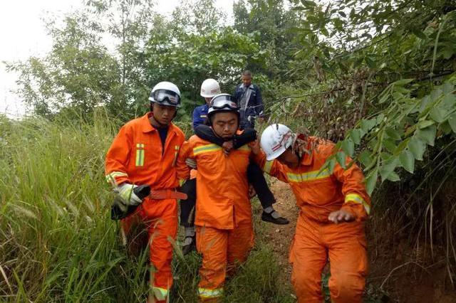 村民采摘山货不慎遇险,方城消防紧急救援