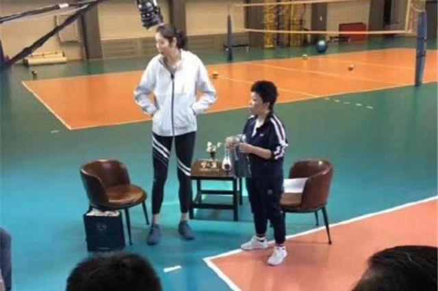 1米55邓亚萍采访2米巨人朱婷!大魔王仅到大婷胸部 仍自信大笑