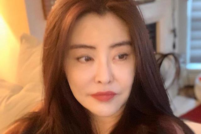 52岁王祖贤晒最新近照,不老女神状态良好,浓眉大眼气色依旧