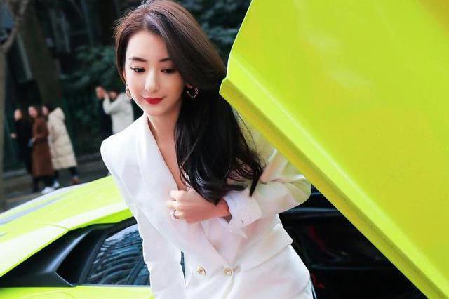 """天王嫂方媛这次玩""""真空"""",穿白色西装配长发,成熟性感!"""