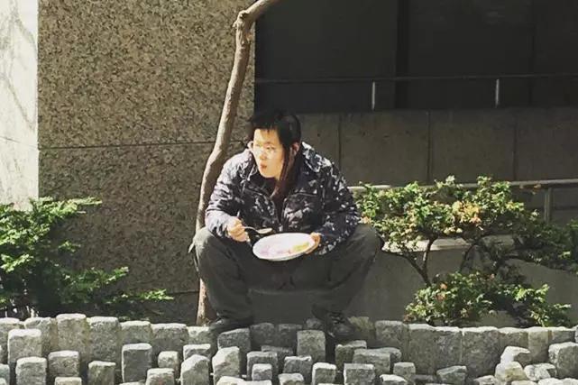 网友偶遇毕福剑女儿,端着大碗蹲在路边吃饭超豪迈