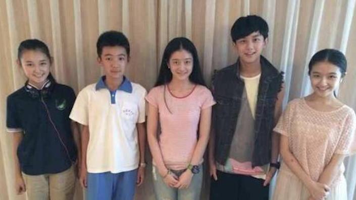和吴磊小时候一起合影的女童星,如今一个没有长惨,一个比一个美