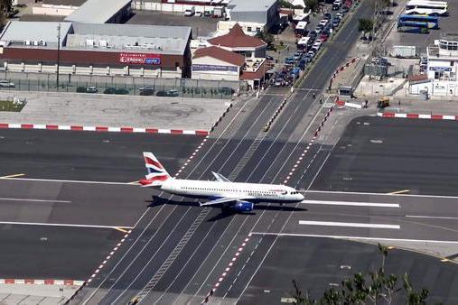 世界上最危险的机场,离市中心只有500米,飞机跑道横穿人行道!