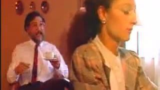 老外和美女老婆在酒店住对户外的烟花声感到不满!