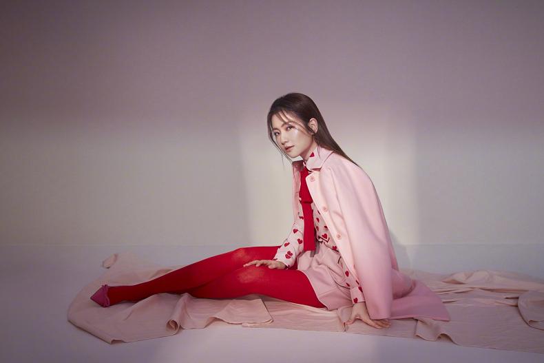 任家萱Selina红色丝袜抢眼 这是遇到爱情的感觉吗?