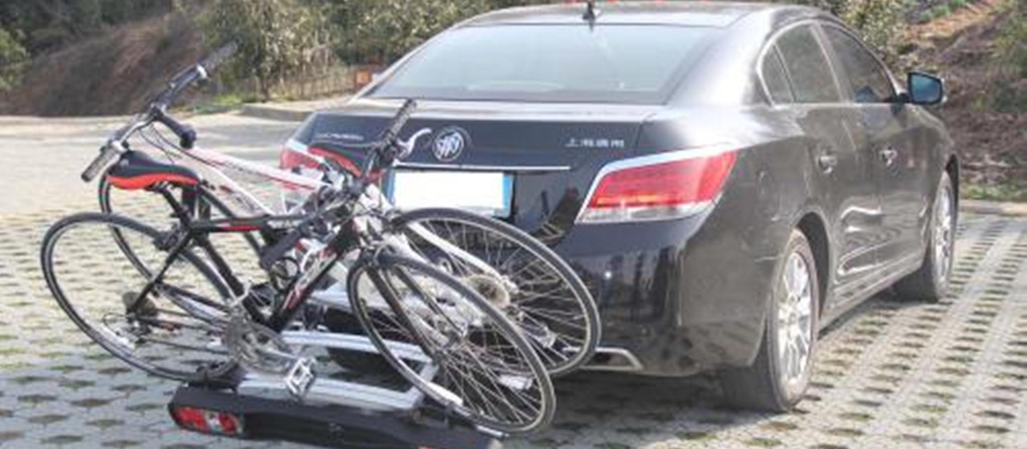 囧哥:自行车把轿车车头撞了