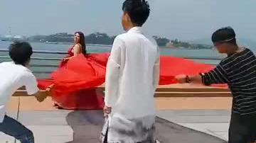 这摄影师真给力亲自示范婚纱照动作恕我直言成片也差不了