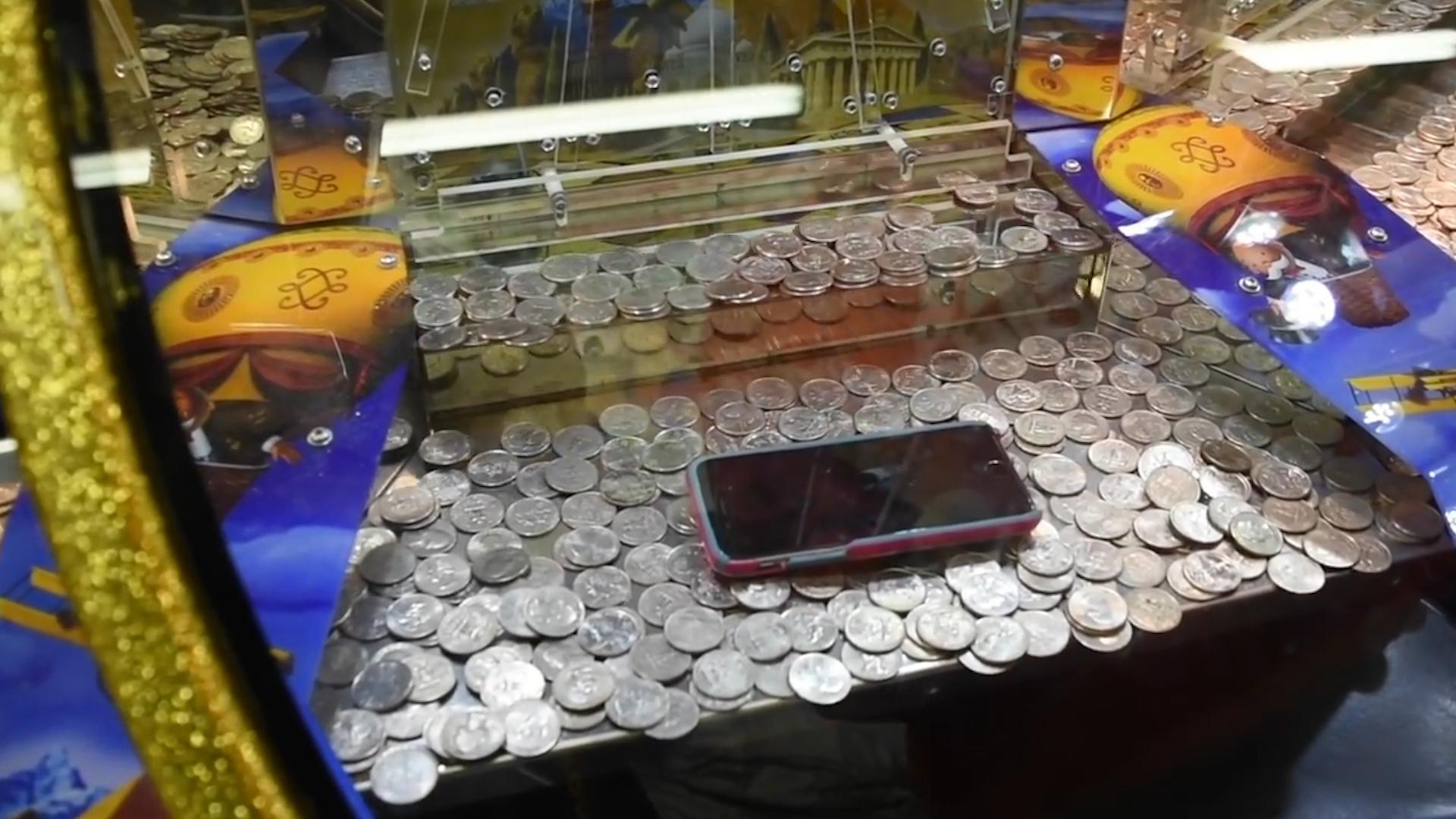 老板为吸引顾客,在推币机中放了一台苹果手机,结果30分钟就没了