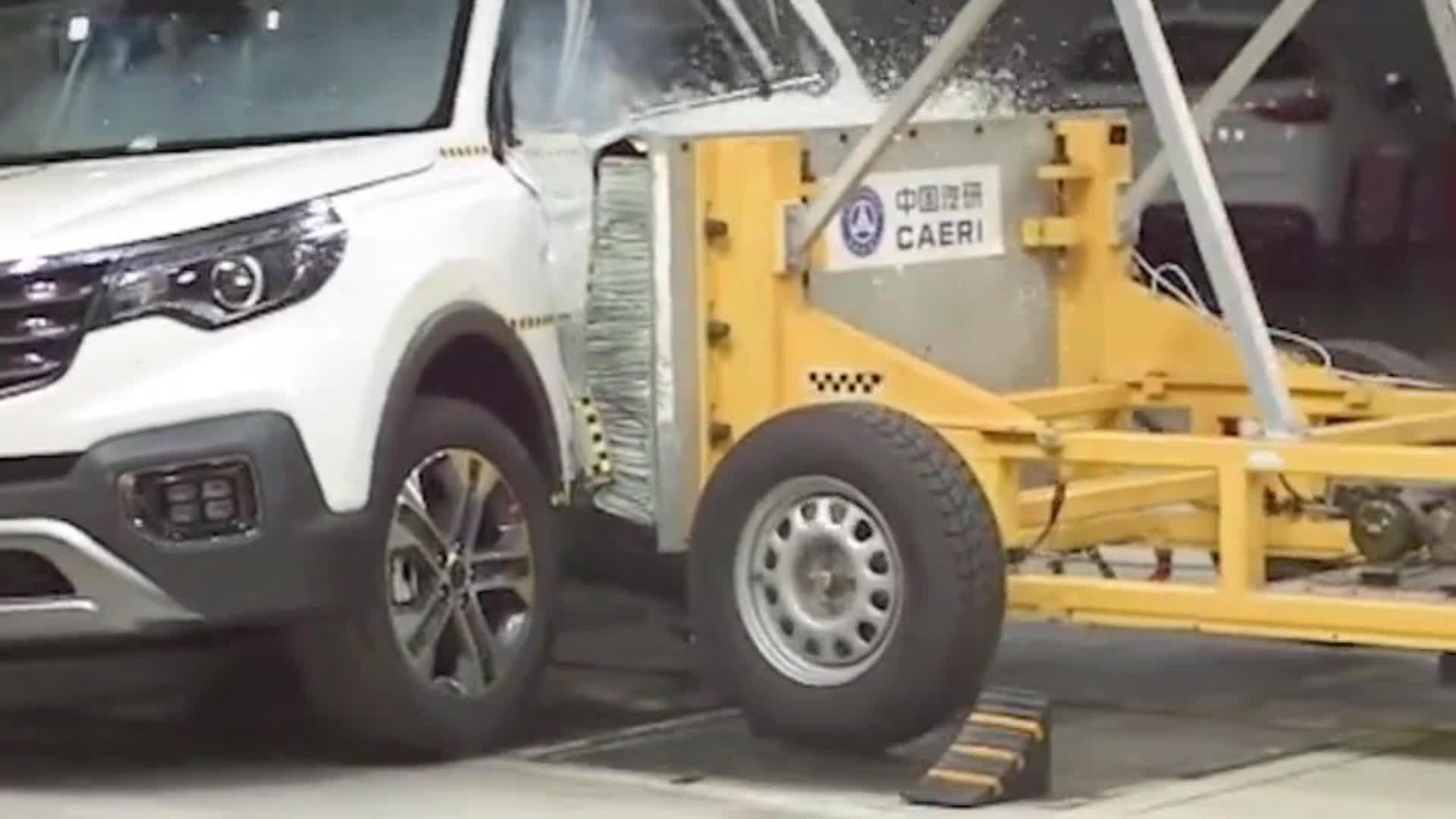 视频:紧凑型SUV,起亚智跑实车碰撞测试