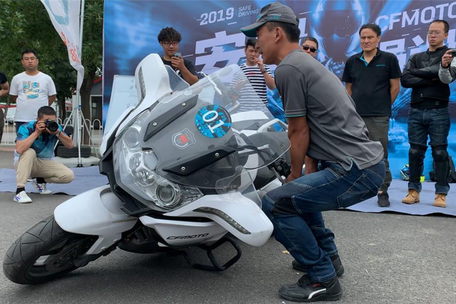 200多公斤的重型摩托车真的很难扶起吗?