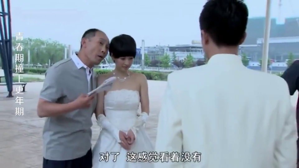 小伙结婚没经验不会拍结婚照,老爷子看不下去,当场搂着儿媳示范
