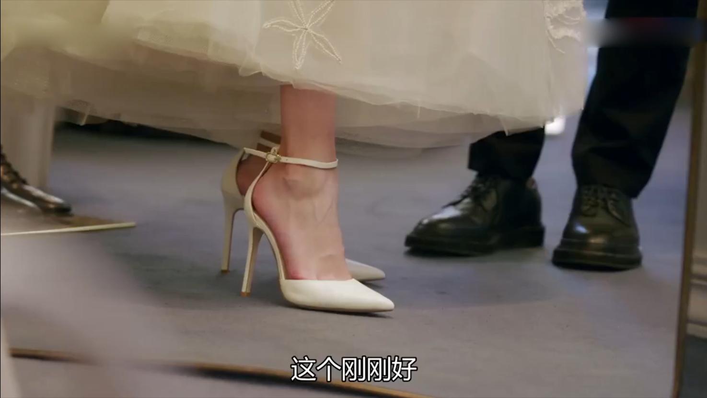 平时不爱打扮的灰姑娘,不料换上抹胸裙穿上高跟鞋,总裁瞬间心动