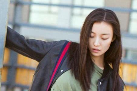 倪妮香港街头被偶遇,围观群众:不知道她是明星,想合照