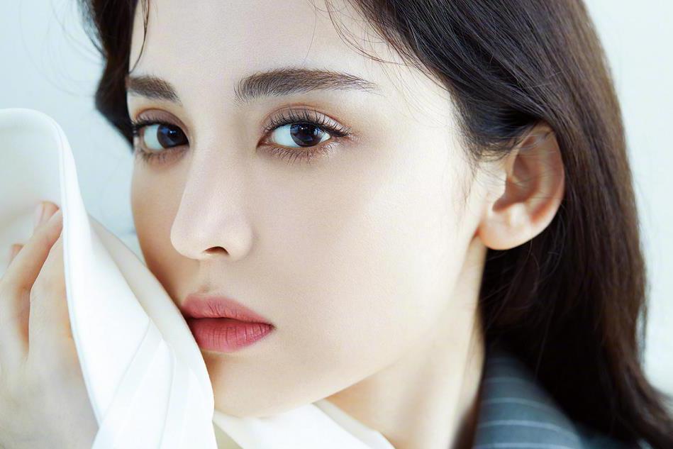 古力娜扎纯爱版写真,白皙皮肤吹弹可破,娇滴红唇更引人注意