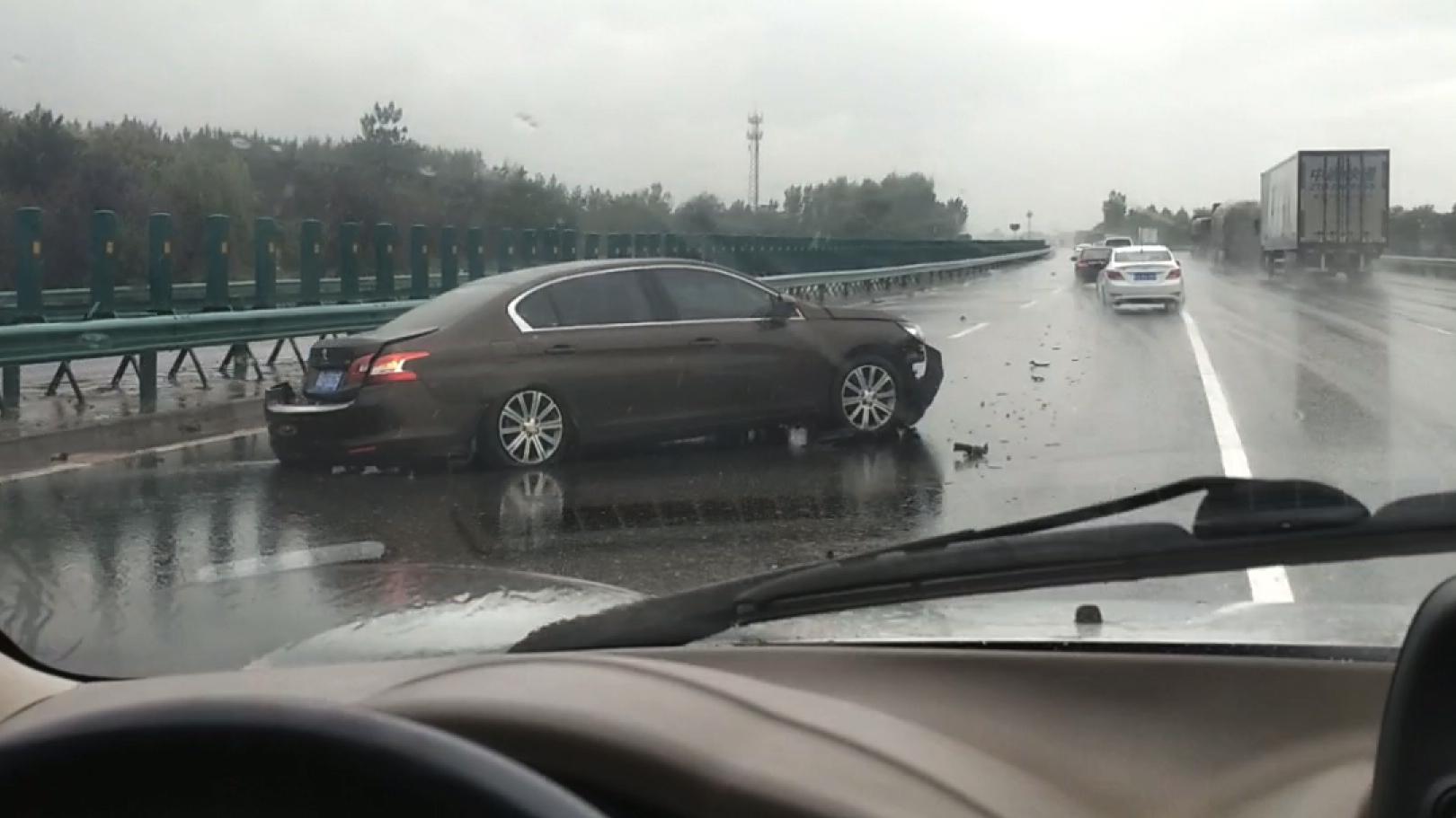 车祸现场!暴雨影响视线,一轿车在陕西段连霍高速上撞向隔离带