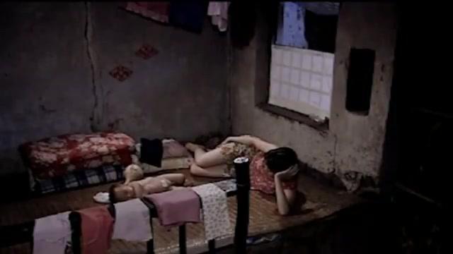 孩子刚睡下,小情侣就抱在一起不撒手