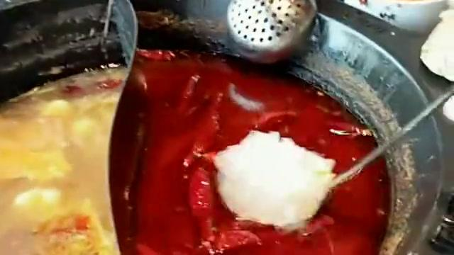 媳妇每次吃火锅都会用冰块过一下,非说会吸出很多辣油