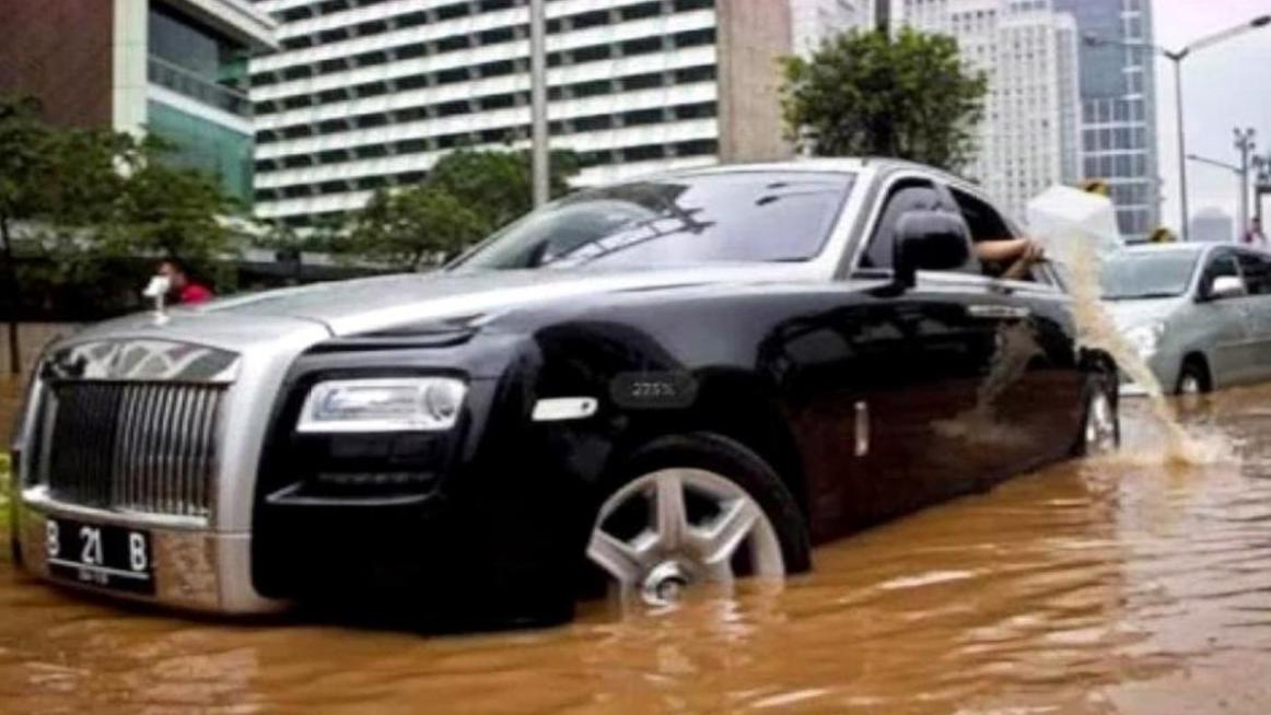 劳斯莱斯哪里值2000万?路遇一个大水坑,司机一脚油门后明白了