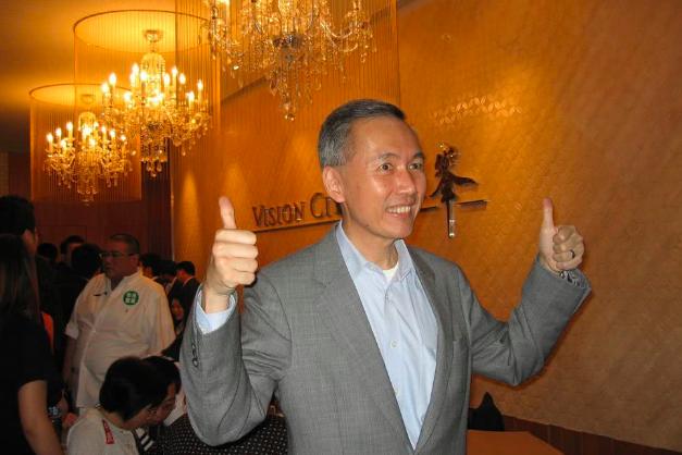 他当了十年新加坡首富,身家850亿,今67岁仍敢上街支持香港