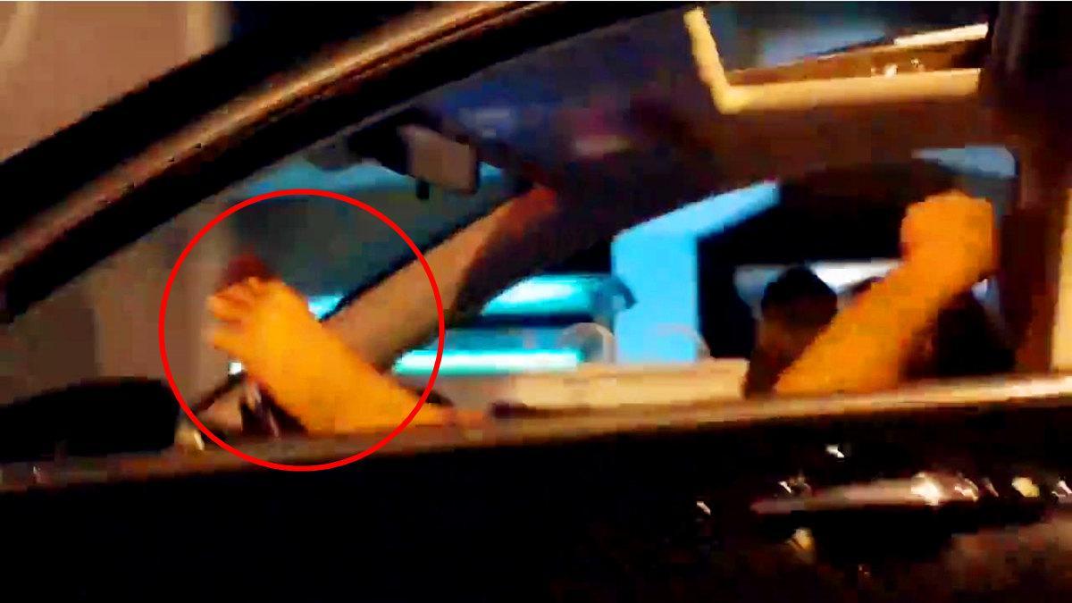 司机驾驶室抽烟 躺着用脚掌方向盘开车
