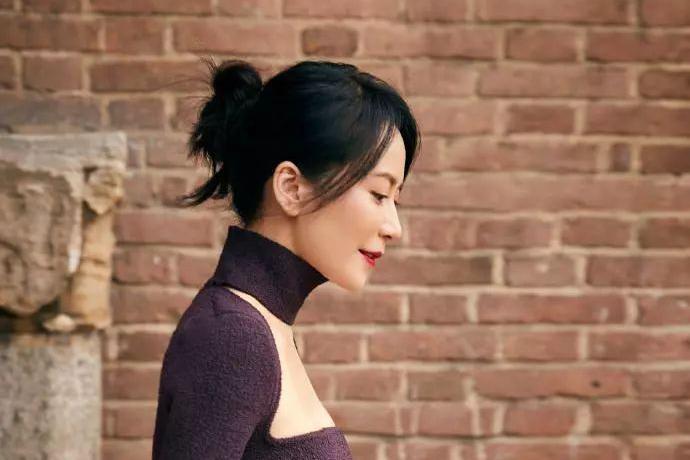 怎么看都不像年近50,俞飞鸿紧身针织连衣裙,气质优雅端庄