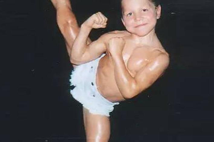 全球最健壮的小男孩,每日500个俯卧撑,成年后的样子!