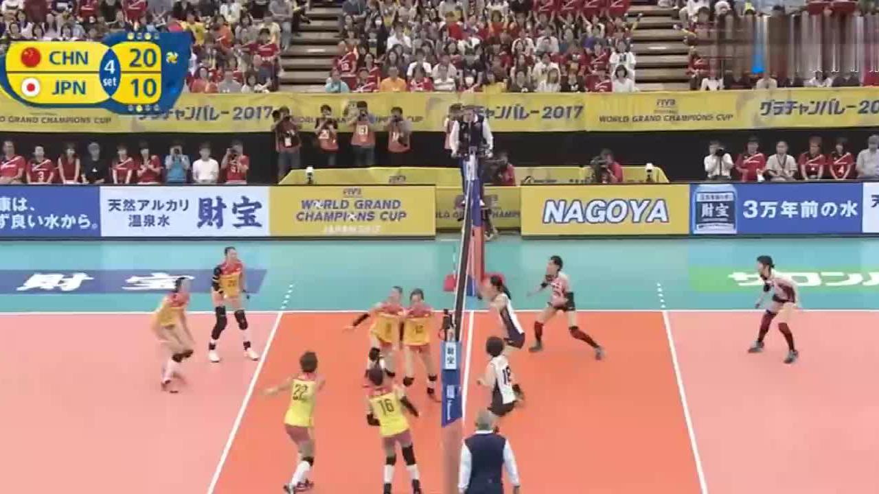 日本女排拿朱婷完全没有办法,朱婷高高跃起,她们就愣在当场