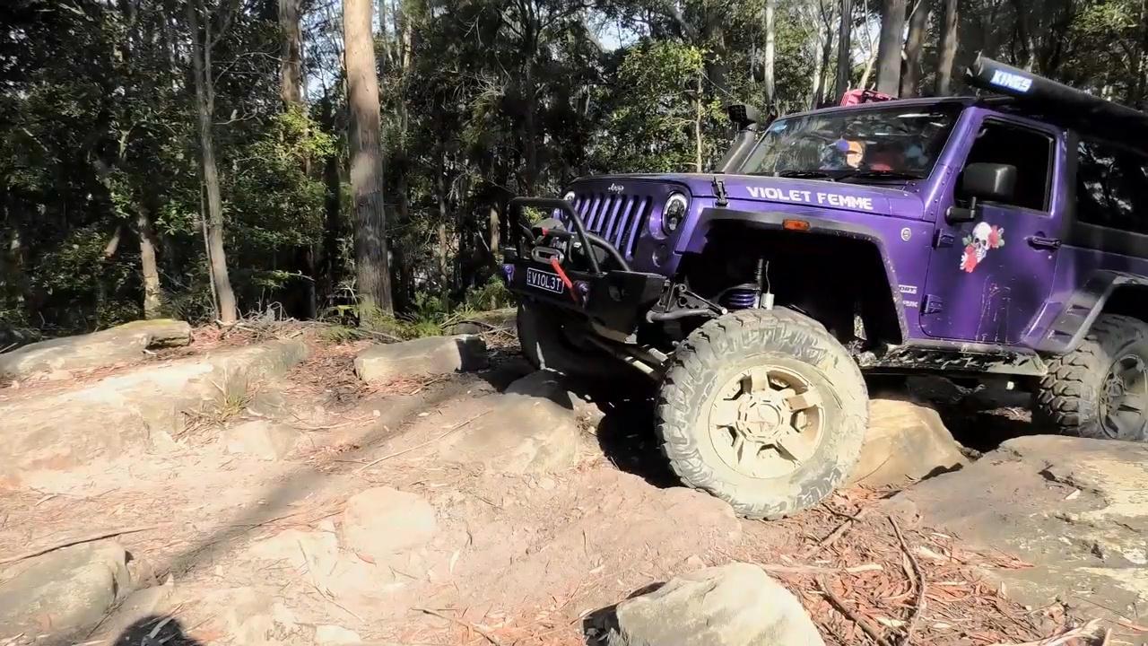 视频:jeep牧马人野外越野,越野性能首屈一指,改装的都很强悍