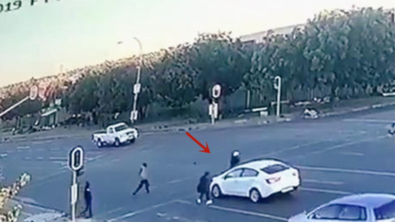 女子开车上班途中遭劫杀!一群歹徒将其抛尸路口后逃之夭夭