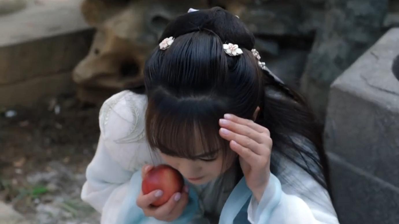 穿越女偷吃桃子被发现,不料抬头的一瞬间,太子被惊艳到了