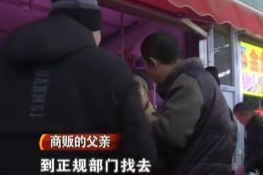 猪肉不敢吃了?50元肉下锅煮现淤青!商贩:那是赶猪敲得伤