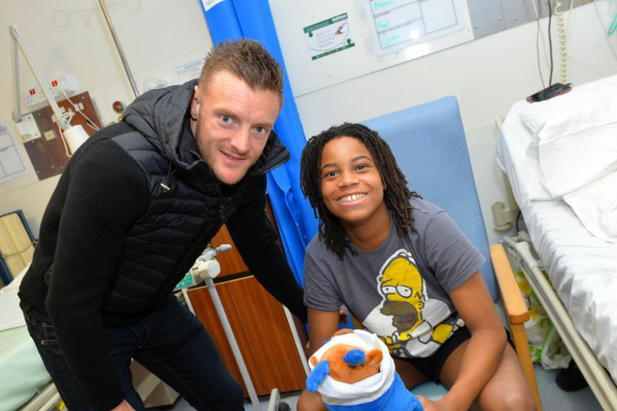 英超莱斯特城足球俱乐部全体球员从事公益活动看望儿童