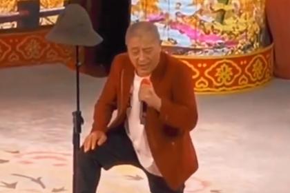"""""""赵四""""刘小光近照罕曝光,单膝跪地卖力演唱,网友:太辛酸!"""